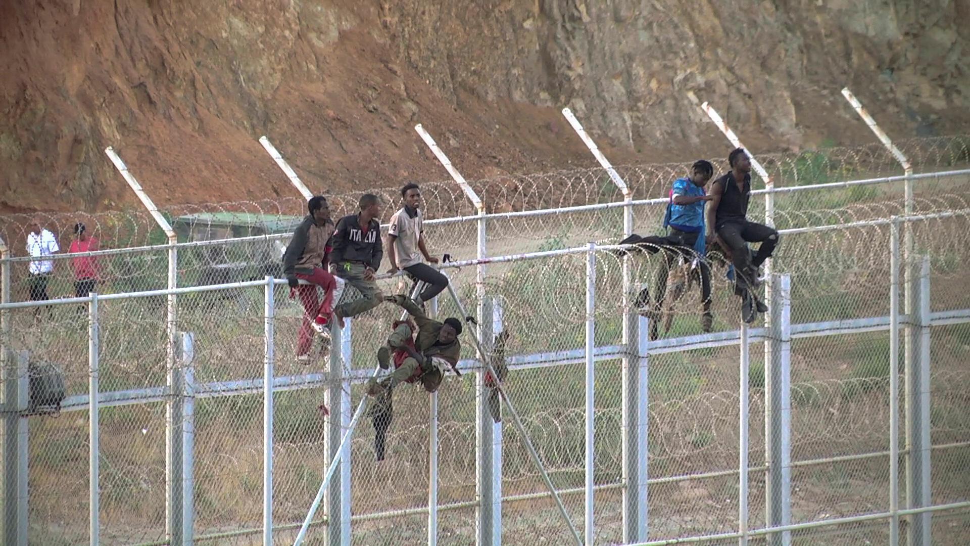 Bis zu 600 Migranten stürmen gewaltsam in spanische Exklave Ceuta (Fotos, Videos)