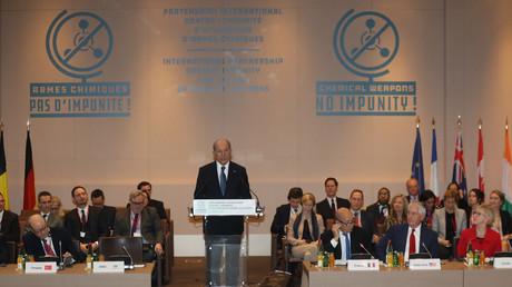 Der Generaldirektor der Organisation für das Verbot chemischer Waffen (OPCW), Ahmet Üzümcü, war vor seinem neuen Amt, NATO-Vertreter der Türkei sowie Bilderberg-Teilnehmer.