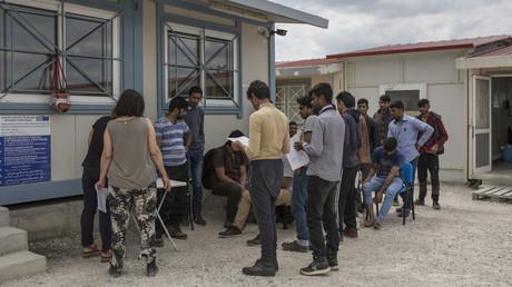Griechische Polizei nimmt Migranten mit gefälschten Pässen fest (Symbolbild)