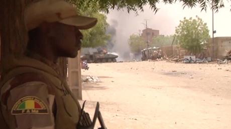 Ein Standbild aus einem Video zeigt einen Soldaten der malischen Streitkräfte, der nach einem Autobombenanschlag in Gao im Norden Malis Wache steht.