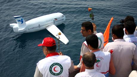 3. Juli 2009: In Erinnerung an den Abschuss der Maschine wird in der iranischen Hafenstadt Bandar Abbas eine Nachbildung des Fluges 655 zu Wasser gelassen.