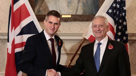 Der britische Verteidigungsminister Gavin Williamson schüttelt dem US-Verteidigungsminister Jim Mattis die Hand im britischen Verteidigungsministerium (MoD) in London, Großbritannien, 10. November 2017.