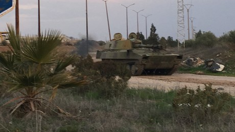 Panzer der syrischen Armee auf dem Vormarsch in Daraa.