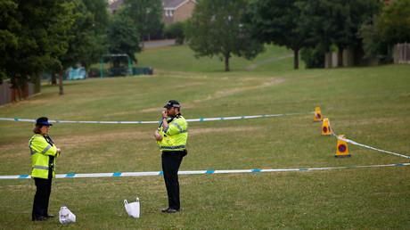 Polizeibeamte stehen neben einem Abschnitt des Spielplatzes nahe der Amesbury Baptist Church, die abgesperrt wurde, nachdem zwei Personen ins Krankenhaus eingeliefert wurden.