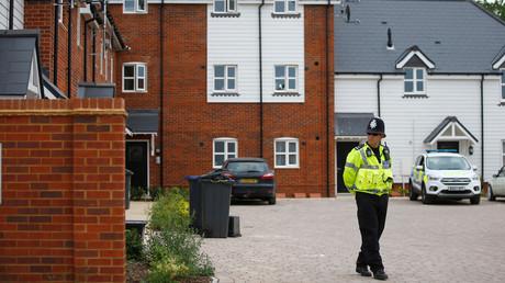 Ein Polizist steht am 4. Juli 2018 vor einer Wohnsiedlung an der Muggleton Road in Amesbury, Wiltshire, in Großbritannien. Sie wurde abgesperrt, nachdem zwei Personen ins Krankenhaus eingeliefert wurden und die Polizei einen