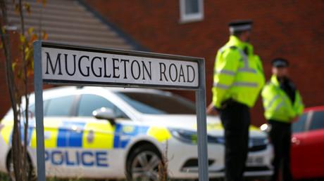 Polizisten bewachen die Wohnung in Amesbury (12 Kilometer von Salisbury entfernt), in der die beiden mutmaßlichen neuen Nowitschok-Opfer zusammenbrachen, bevor sie ins Krankenhaus nach Salisbury gebracht wurden.
