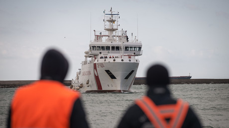 Ein Schiff bringt 2017 in die italienische Stadt Salerno über 400 gerettete Migranten vom Mittelmeer. Nun wollen einige europäische Staaten die Route dicht machen.