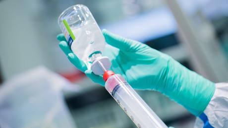 Ein pharmazeutisch-technischer Assistent produziert im Labor einer Apotheke in Deutschland Medikamente gegen Krebs. In Deutschland gibt es insgesamt 330 sogenannter Onkologie-Schwerpunktapotheken, die Zytostatika herstellen.