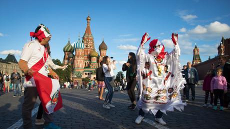 Partystimmung in Moskau: Fußballfans tanzen auf dem Roten Platz.