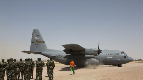 Nigrische Soldaten erwarten die Landung einer A C-130 der US-Luftwaffe