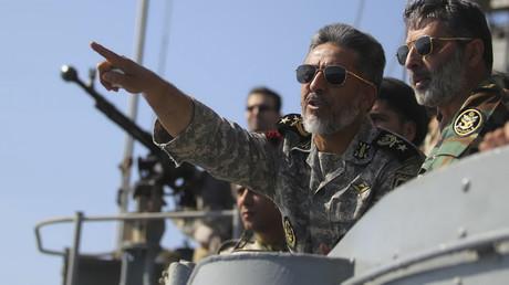 Der iranische Marinekommandant Habibollah Sayyari (Mitte) zeigt am 1. Januar 2012 während des Velayat-90 Kriegsmanövers auf das Meer von Oman nahe der Straße von Hormus im Südiran.