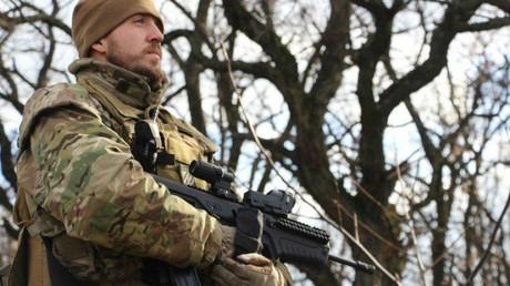 Ein Kämpfer des ukrainischen Asow-Bataillons mit einer israelischen Tova-Waffe