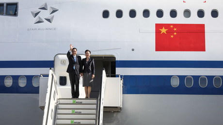 Li Keqiang, Premierminister der Volksrepublik China, verlässt mit seiner Frau Cheng Hong das Regierungsflugzeug von Air China.