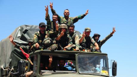 Syrische Soldaten mit dem Victoryzeichen am 8. Juli in der Nähe von Daraa.