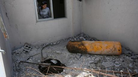 Laut den Aufständischen hat Chlorgas aus dieser Bombe Dutzende Menschen in den darunter liegenden Geschossen getötet. Im OPCW-Bericht wird die Stelle als