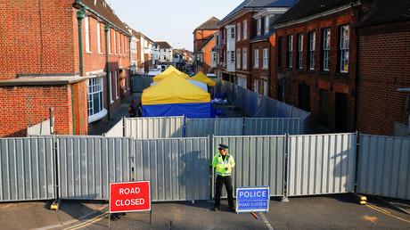 Polizist vor einer massiven Absperrung der John Baker Sozialwohnungen in Amesbury, Südengland, am 6. Juli 2018