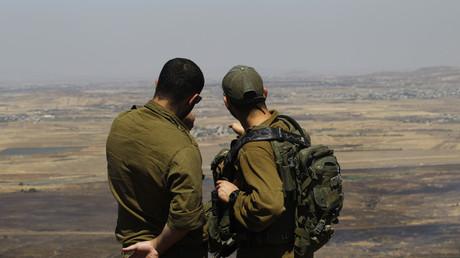 Israelische Soldaten auf einem Armeestützpunkt auf dem von Israel 1981 für annektiert erklärten Teil der im Sechstagekrieg 1967 von Syrien eingenommenen Golanhöhen blicken über die südwestsyrische Provinz Quneitra.