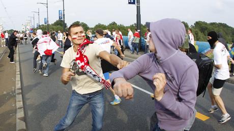 (Symbolbild zeigt Auseinandersetzung zwischen russischen und polnischen Fans in Warschau während der Fußball-EM 2012)