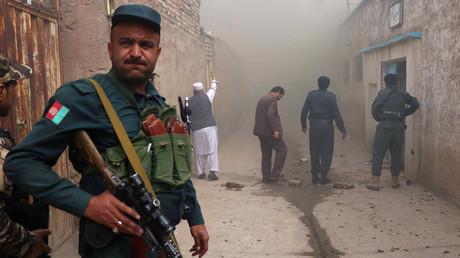 Ein afghanischer Polizist steht vor einer schiitischen Moschee nach einem Selbstmordanschlag in Herat, Afghanistan, 25. März 2018.