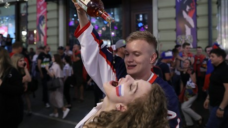 Russische Fans feiern den 3:1 Sieg ihrer Mannschaft gegen Ägypten...