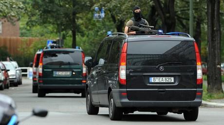Symbolbild: Mitglieder einer Spezialeinheit verlassen das Landeskriminalamt (LKA) in Berlin...