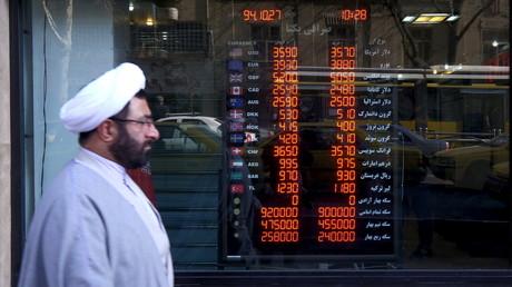 Ein Kleriker geht an einem Geldwechselgeschäft in Teherans Geschäftsviertel vorbei, Iran, 17. Januar 2016.