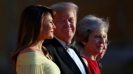Lachen darüber kann nur einer: US-Präsident Donald Trump (2. v. l.) fand in einem Interview keineswegs lobende Worte für die britische Premierministerin Theresa May. Hier wird er zusammen mit der First Lady Melania Trump am Donnerstag von May im Blenheim Palace zu einem Gala-Dinner empfangen.