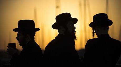 Ultraorthodoxe jüdische Männer beten am 12. September 2013 in Aschdod während des Taschlich-Rituals am Ufer des Mittelmeers. Taschlich ist ein Ritual, bei dem die Sünden des vergangenen Jahres symbolisch ins Wasser geworfen werden.