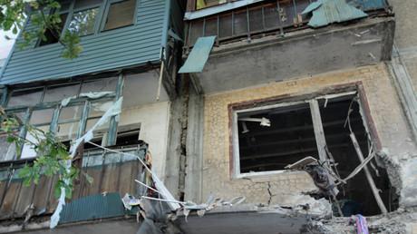Von ukrainischer Artillerie beschossenes Wohngebäude in Donezk