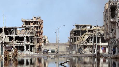 Verwüstete Straße in Sirte, wo sich der ehemalige libysche Führer Muammar Gaddafi am 22. Oktober 2011 versteckte.