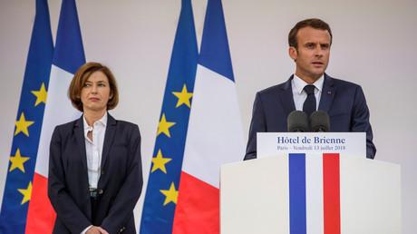 Frankreichs Präsident Emmanuel Macron und die französische Verteidigungsministerin Florence Parly bei einer Rede am 13. Juli in Paris, nach der Unterzeichnung des jährlichen Militärbudgets