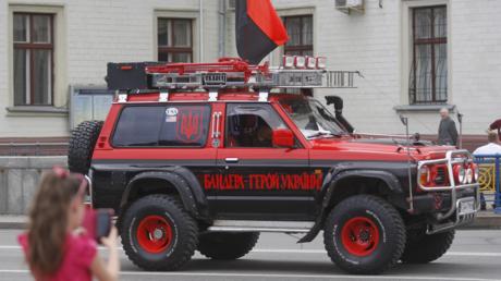 Geländewagen in Kiew in den Farben des ultranationalistischen Rechten Sektors mit der Inschrift