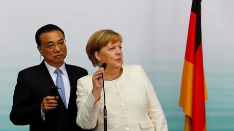 Bundeskanzlerin Angela Merkel und der chinesische Premierminister Li Keqiang treffen am 10. Juli 2018 auf dem Flughafen Tempelhof in Berlin ein.