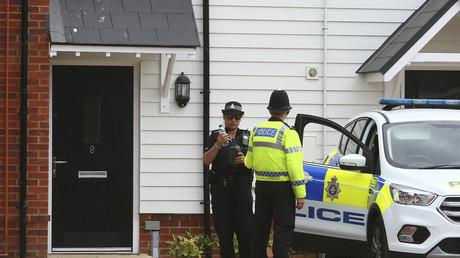 Ein Polizist steht am 4. Juli 2018 vor Charlie Rowleys Haus in Amesbury, Südengland.
