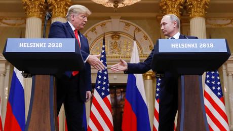 Händedruck während der gemeinsamen Pressekonferenz: US-Präsident Donald Trump und Russlands Staatschef Wladimir Putin wollen einen Neuanfang in den schwer belasteten Beziehungen beider Länder unternehmen.