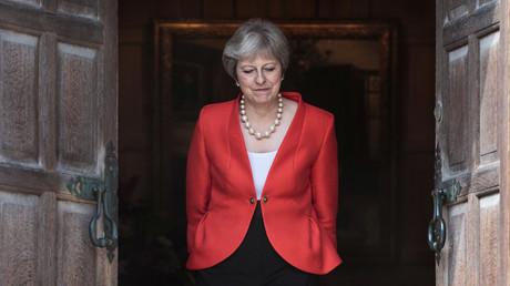 Die britische Premierministerin Theresa May wartet darauf, US-Präsident Donald Trump in Chequers bei Aylesbury, Großbritannien, am 13. Juli 2018 zu begrüßen.