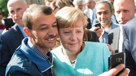 Solche Fotos gibt es heute nicht mehr: Angela Merkel mit einem Flüchtling, September 2015