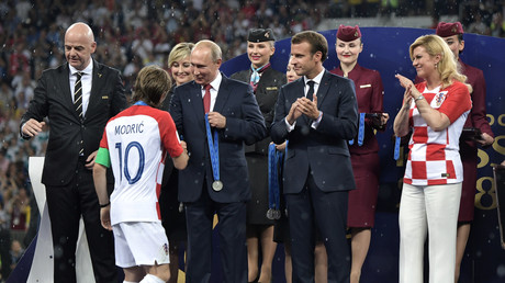 Der russische Präsident Wladimir Putin, der französische Präsident Emmanuel Macron, die kroatische Präsidentin Kolinda Grabar-Kitarovic, FIFA-Präsident Gianni Infantino und der kroatische Spieler Luka Modric während der Siegerehrung.
