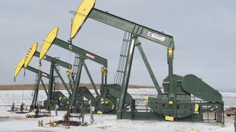 Pumpen aus der Fracking-Produktion in der Nähe von Williston, North Dakota, USA.