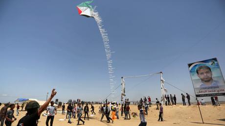 Seit Monaten schicken Palästinenser aus dem Gazastreifen improvisierte Brandsätze angehängt an Drachen, wie hier, oder Luftballons nach Israel. Die Brände, die sie damit auslösen, haben bereits Millionenschäden verursacht.