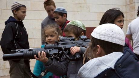 Kinder werden schon im jüngsten Alter an das Militär und Waffen gewöhnt. Kritik an Soldaten wird gesetzlich verboten.