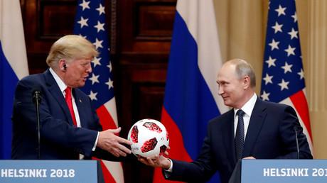 US-Präsident Donald Trump empfängt einen Fußball vom russischen Präsidenten Wladimir Putin, der nach seinem Treffen am 16. Juli 2018 in Helsinki, Finnland, eine gemeinsame Pressekonferenz veranstaltet. REUTERS/Grigory Dukor TPX BILDER DES TAGES