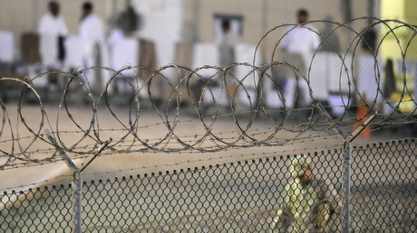 Ein Navy Guard patrouilliert am frühen Morgen auf der Guantanamo Bay Marinebasis.
