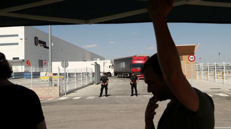 Amazon-Lager nahe Madrid: Spanische Polizisten bewachen die Liefereingänge während des dreitägigen Streiks für bessere Löhne und Arbeitsbedingungen.