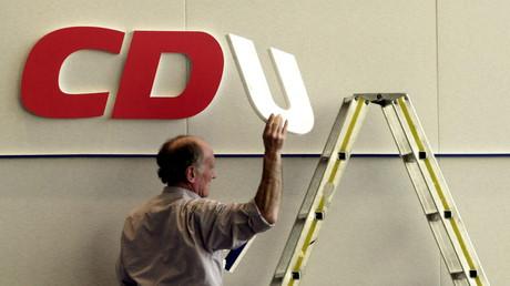 Auf den Spuren der SPD? Abbau des CDU-Logos auf einem Parteitag in Hessen