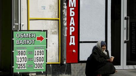 Eine Frau bettelt vor einer Wechselstube im Zentrum von Simferopol um Geld, 17. März 2014.