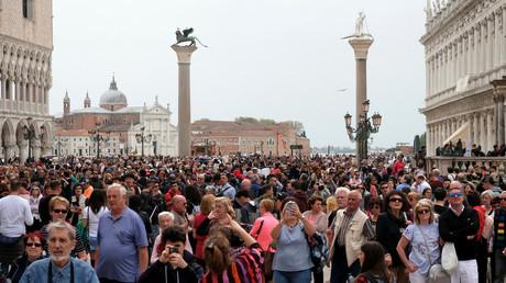 Touristen auf dem Markusplatz in Venedig.