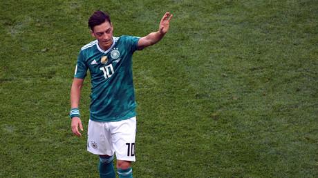 Rücktritt aus der Nationalelf: Unter Joachim Löw galt Mesut Özil bis zur WM 2018 als einer der Lieblingsspieler des Bundestrainers. Insgesamt bestritt Özil 92 A-Länderspiele und wurde mit dem Team 2014 in Brasilien Weltmeister. Fünf Jahre zuvor hatte er mit der deutschen U21 den EM-Titel gefeiert.