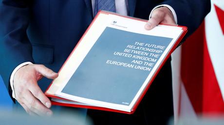 Die neuen Brexit-Vorschläge aus London beschäftigen am Freitag die 27 bleibenden EU-Länder im Ministerrat in Brüssel. London will für die langfristigen Beziehungen zur Europäischen Union eine Freihandelszone für Waren, aber nicht für Dienstleistungen.