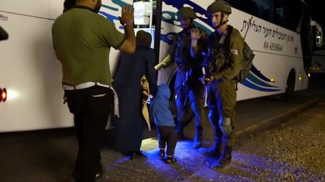 Während der Evakuierung  der Weißhelme auf den Golanhöhen steigen Menschen in einen Bus. Das Standbild entstammt einem Video, das von der israelischen Armee am 22. Juli 2018 aufgenommen wurde.